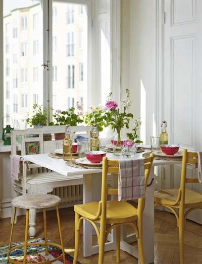 Peindre des chaises ordinaires pour des cuisines bien plus gaies