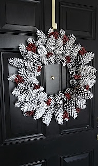 La couronne de bienvenue qui ornera votre porte no l - Couronne en pomme de pin ...