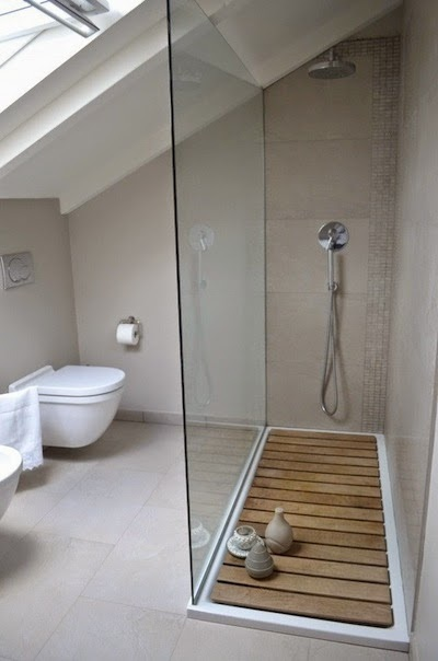Installer une douche en soupente id es et mod les - Douche italienne sous pente de toit ...
