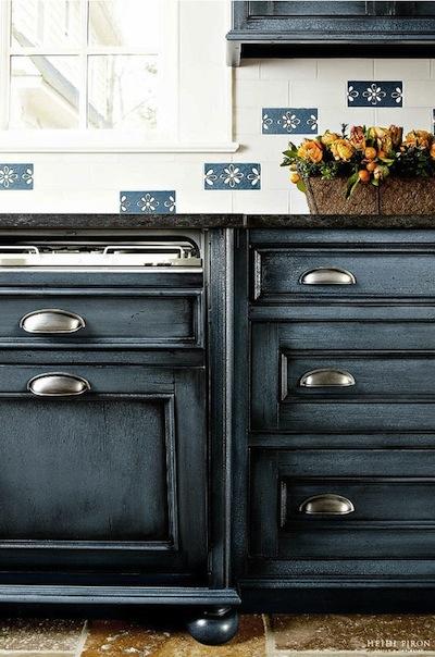 Peindre ses meubles en bleu: exemples et idées.