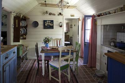 un meuble bleu dans vos cuisines toutes blanches. - Meuble Cuisine Campagne