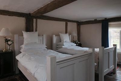 Des chambre d 39 amis aux lits jumeaux pour s 39 inspirer - Repeindre un lit en bois ...
