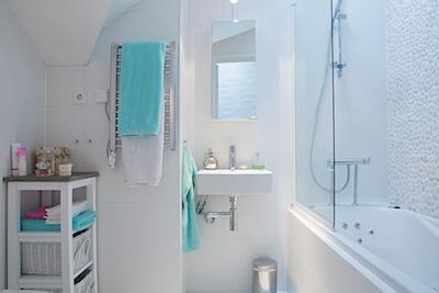 comment disposer le carrelage dans la salle de bain. Black Bedroom Furniture Sets. Home Design Ideas