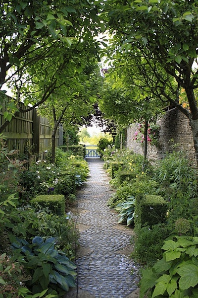 Créer une allée naturelle dans son jardin