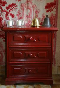 Adapter les meubles au d cor en deux coups de pinceau - Peindre un meuble en rouge ...