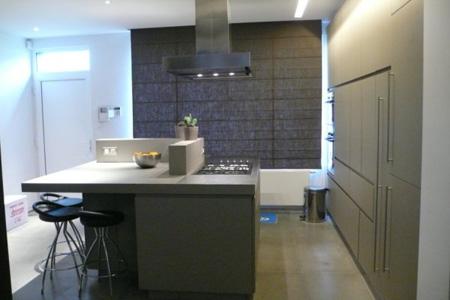 La cuisine se compose de nombreux espaces de rangement ainsi que d