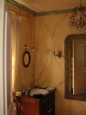 Salle de bains en trompe l 39 oeil de marbre - Trompe l oeil salle de bain ...