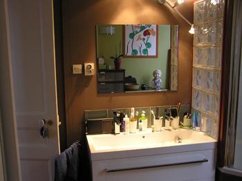Une Petite Salle De Bains Décorée Pour Faire Grande - Decorer sa salle de bain soi meme