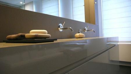 Une salle de bains pur e et tr s design - Meuble salle de bain design italien ...