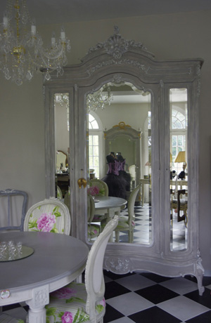 Armoire peinte dans le style gustavien for Magazine de decoration interieure gratuit