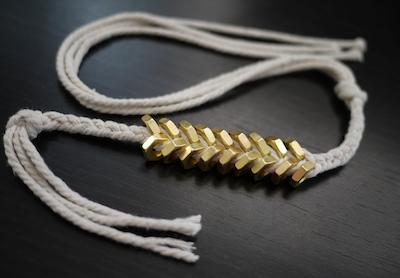 Comment faire un bracelet chic avec une ficelle et des boulons - Comment faire un porte bracelet ...